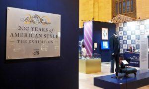 """A New York-i tudósító az utcán jártában keltében rendkívül érdekes dolgokba tud ütközni. Tudósítóként a mai napon dolgom volt a New York-i központi pályaudvar közelében. Ily módon """"beleütköztem"""" egy, a pályaudvaron rendezett kiállításba, ami egy jól sikerült public relations esemény. A Brooks Brothers - egy méltán híres amerikai divatkereskedés - abból az alkalomból rendezett egy kiállítást a pályaudvar egyik csarnokában, hogy most ünnepli a cég alapításának 200. évfordulóját. Megnéztem a kiállítást."""