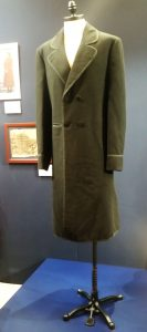Lincoln elnök kabátja 1865-ből. A másolat valamikor 1990-ben készült. A kabát eredetileg Lincoln elnök második ciklusának beavatási ünnepségére készült. A kabát eredetije Wasinghtonban a Ford Színházban van kiállítva.